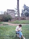 2005_roma_palatin_do_lisant_au_pied_dun_