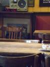 2007_honfleur_zoom_table_radio_dans_caf